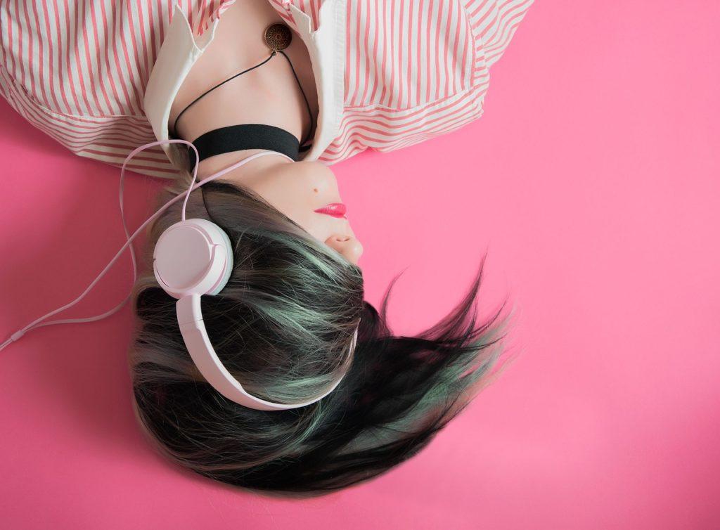 音楽を聞いている女の子の画像